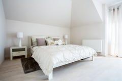 有成对床的宽敞卧室 免版税图库摄影