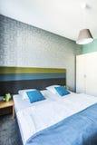 有成对床的宽敞旅馆卧室 免版税库存图片