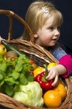 有成熟果子篮子的女孩  免版税库存照片