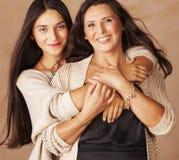 有成熟母亲的逗人喜爱的相当青少年的女儿 库存图片