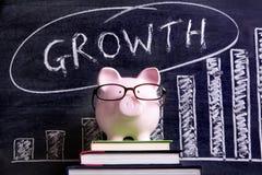 有成长曲线图的存钱罐 免版税库存图片