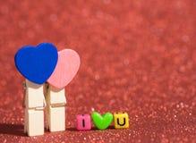 有我爱你文本的木心脏夹子从小珠五颜六色在红色地板和背景上 复制文本的空间 Valentine's天, 库存照片