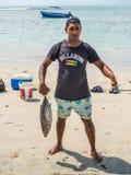 有战利品金枪鱼的渔夫 免版税库存图片