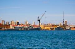 有战舰停泊的手指码头在澳大利亚海军的主要舰队基地跑了创立 库存照片