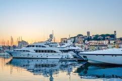 有戛纳城堡博物馆的游艇港口在背景中 免版税库存照片