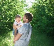 有户外一起她的父亲的男孩 免版税图库摄影