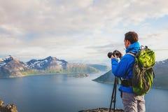 有户外三脚架的专业风景和自然摄影师 库存照片