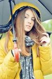 有户外伞的年轻俏丽的妇女 免版税库存图片