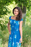 有户外卷发的年轻俏丽的女孩 免版税图库摄影