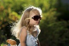 有户外太阳镜的逗人喜爱的女孩 库存图片