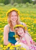 有户外女儿的母亲 免版税库存照片