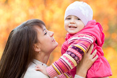 有户外孩子女孩的美丽的母亲在秋天 图库摄影