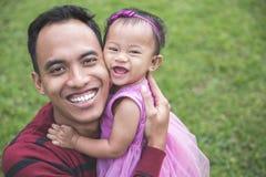 有户外小女儿的父亲 免版税库存照片