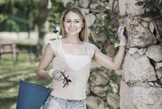 有户外工具的女性花匠 免版税图库摄影