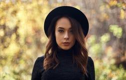 有户外帽子的美丽的卷曲妇女 免版税图库摄影