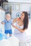 有户外气球的母亲和小孩男孩 免版税库存照片