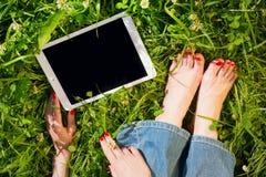 有户外片剂个人计算机的妇女,身体局部 复制在bla的空间 免版税库存图片