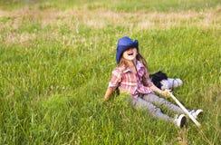 有户外玩具马乐趣的逗人喜爱的小女孩 免版税图库摄影