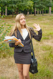 有户外笔记本的女小学生 库存图片