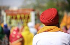 有户外红色头巾的锡克教徒的人 免版税库存图片