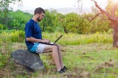 有户外膝上型计算机的年轻商人,自由空间 免版税库存图片