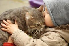 有户外蓬松猫的可爱的小男孩, 免版税库存图片