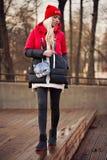 有户外袋子的时尚妇女 免版税库存照片