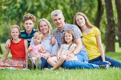 有户外许多孩子的家庭 免版税库存图片