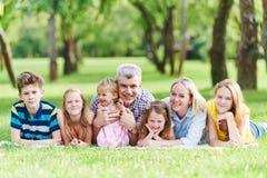 有户外许多孩子的家庭 免版税库存照片