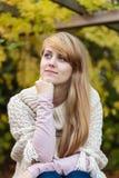 有户外长的金发的女孩 免版税图库摄影