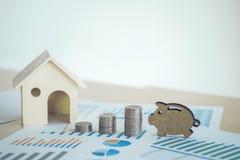 有房子、堆硬币和p的财政银行股报表 免版税库存照片