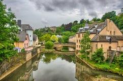 有房子和桥梁的河在卢森堡在比荷卢三国, HDR 库存照片