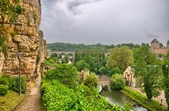 有房子和桥梁的河在卢森堡在比荷卢三国, HDR 免版税库存图片
