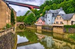 有房子和桥梁的河在卢森堡,比荷卢三国, HDR 免版税库存图片
