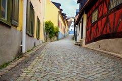 有房子和鹅卵石的街道 库存图片