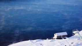 有房子湖在人其它水附近 免版税库存照片