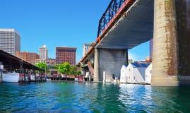 有房子的塔科马街市市小游艇船坞在大桥下 图库摄影