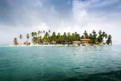 有房子的小加勒比岛 免版税库存照片