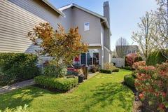 有房子的恰好环境美化的后院 免版税库存照片