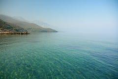 有房子的海运从伊兹密尔在蓝天下 免版税库存图片