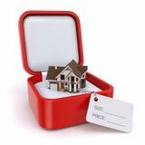 有房子的礼物盒。房地产概念。 库存图片