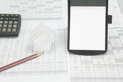 有房子的笔记薄地方垂直和棕色铅笔 免版税图库摄影