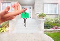 有房子钥匙的手 免版税图库摄影