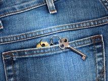 有房子钥匙的特写镜头后面口袋牛仔裤 图库摄影