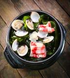 有扇贝和牛肉的海草罐 库存照片