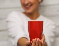 有手中一红色的杯的美丽的女孩 库存照片
