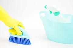 有手套的手使用清扫的清洁刷地板 免版税库存图片