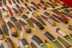 有手工制造木的把柄的猎刀 库存照片