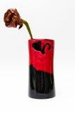 有手工制造的五颜六色的黏土花瓶上升了 免版税库存照片
