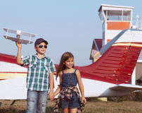 有手工制造飞机的小男孩和小女孩飞行员 库存照片